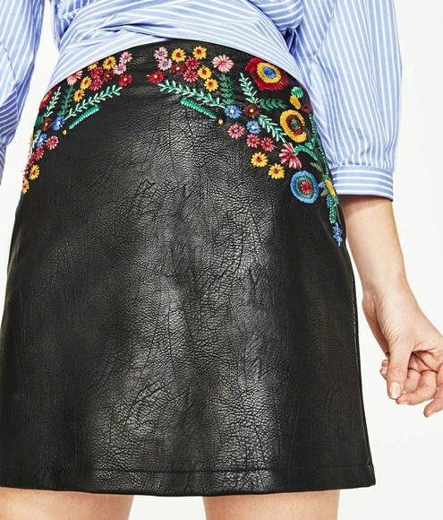 dbbc8fb1 Zara Faux Leather Skirt with Floral Embroidery XS.  M_5b2150281b32946fff7be9b4